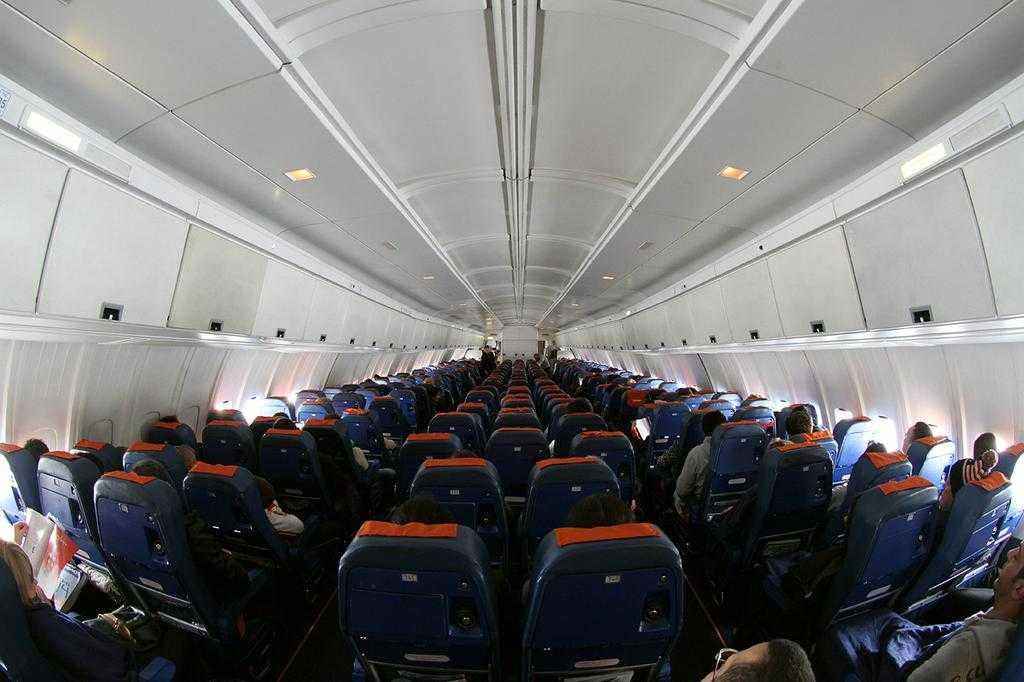 Economy_class_cabin_of_Aeroflot_Ilyushin_Il-96-300_(RA-96015)