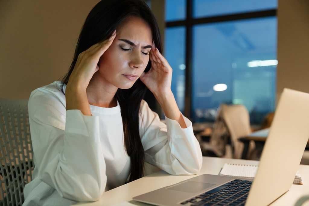 스트레스받은여성의 두통