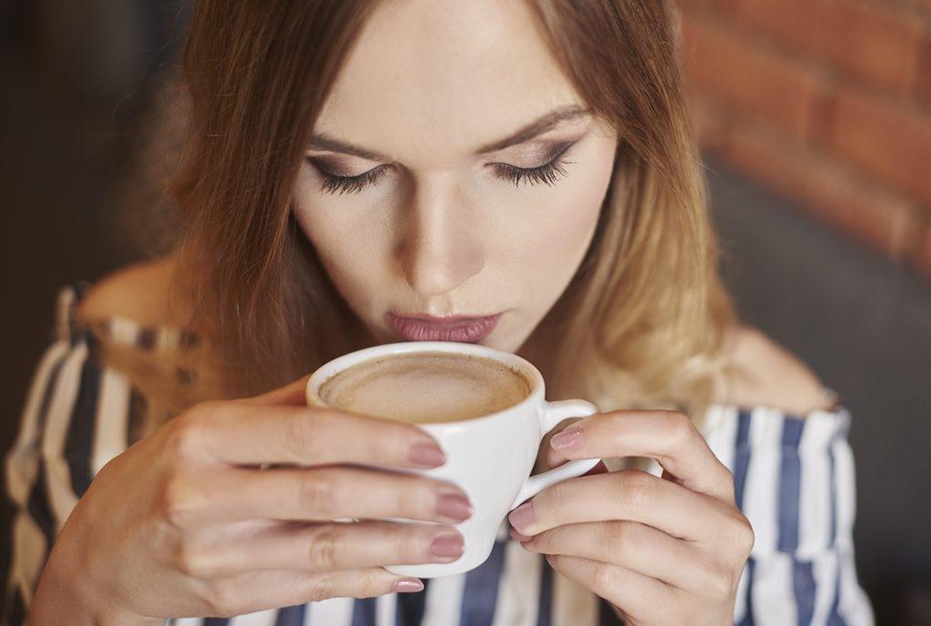 커피 마시는 여성